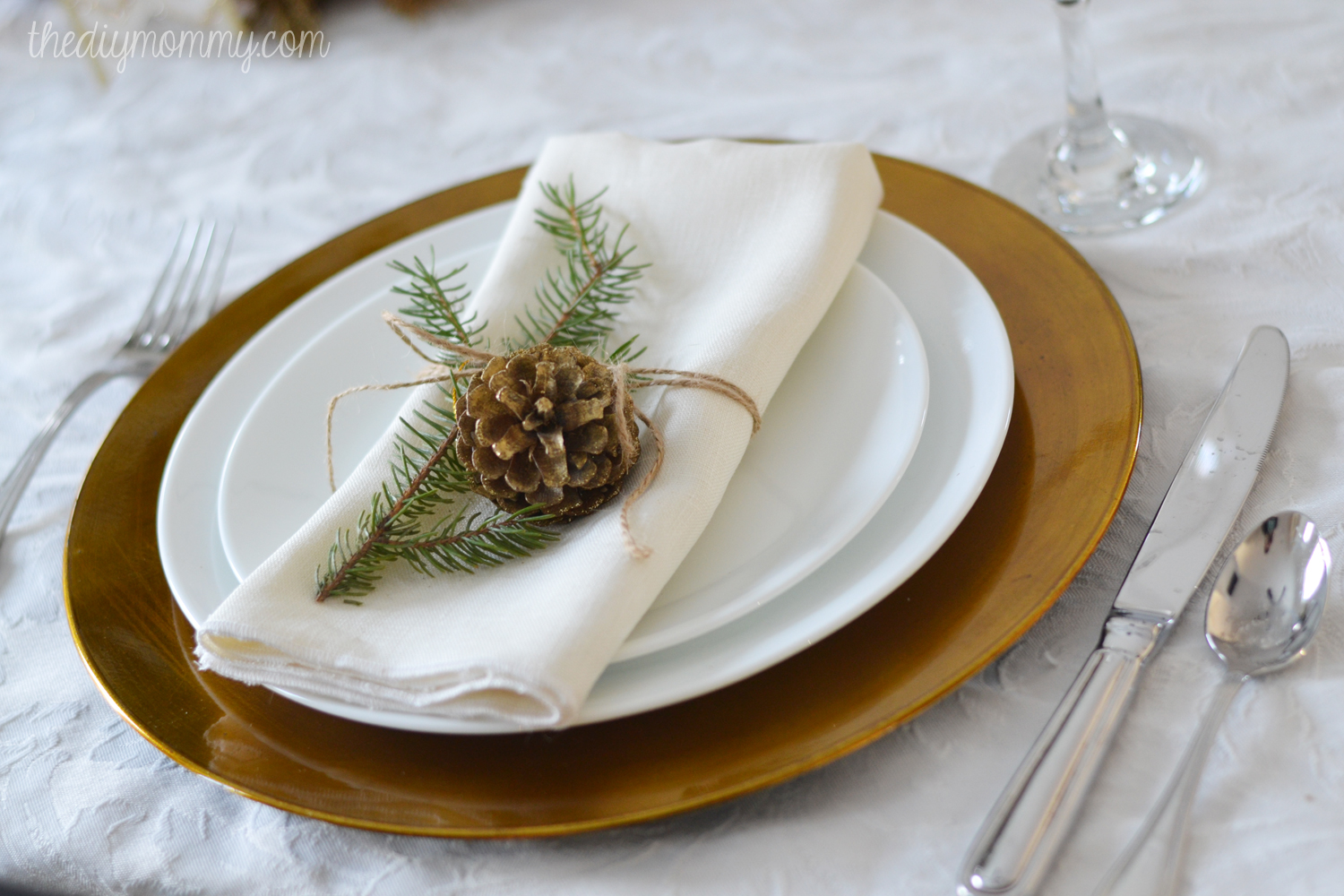 Christmas table decorations gold - Simple Gold Natural Christmas Table By The Diy Mommy