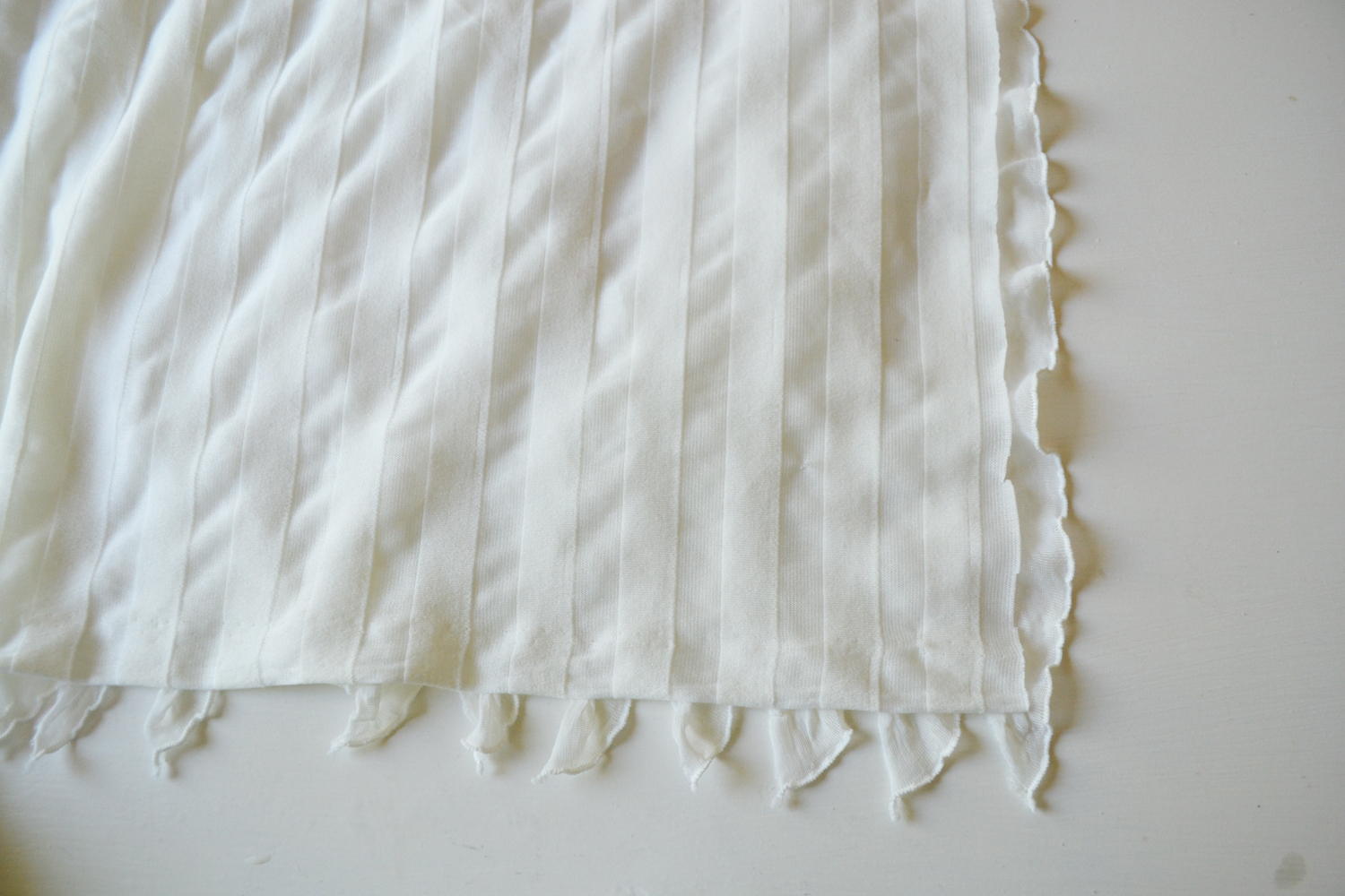 Sew an Easy Ruffled Crib Dust Ruffle | The DIY Mommy Ruffled