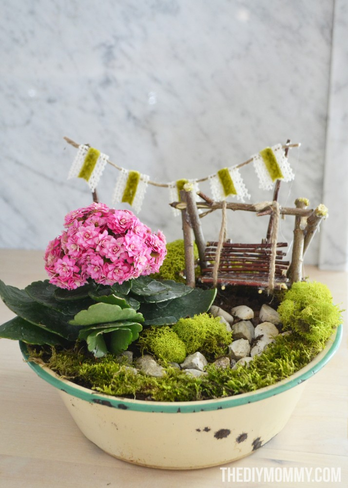 How to make a DIY mini fairy garden gift in a vintage enamelware planter.