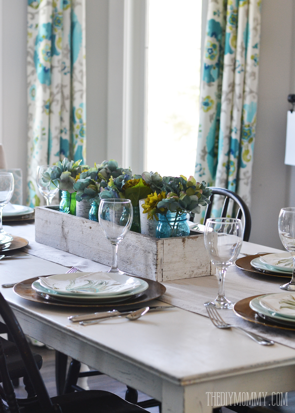 A teal and gold Spring or Summer simple tablescape idea (with video).