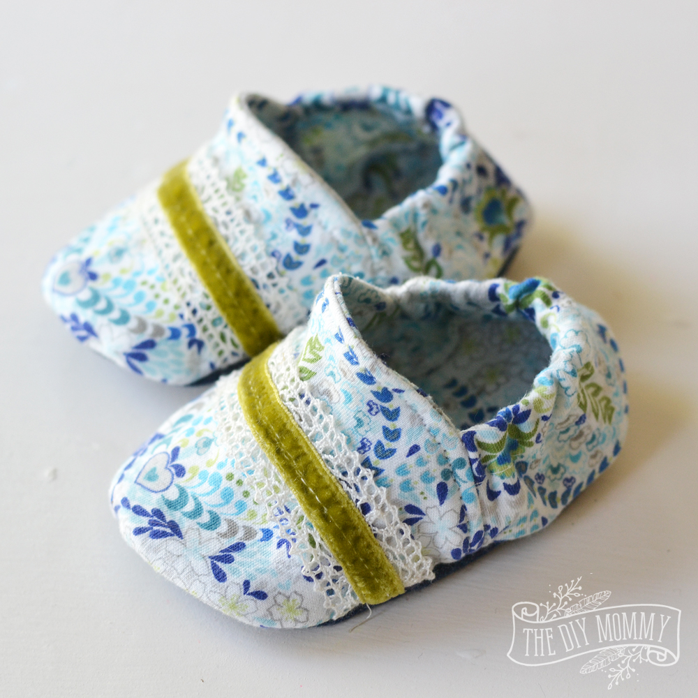 A free soft baby slippers / booties pattern and tutorial with video