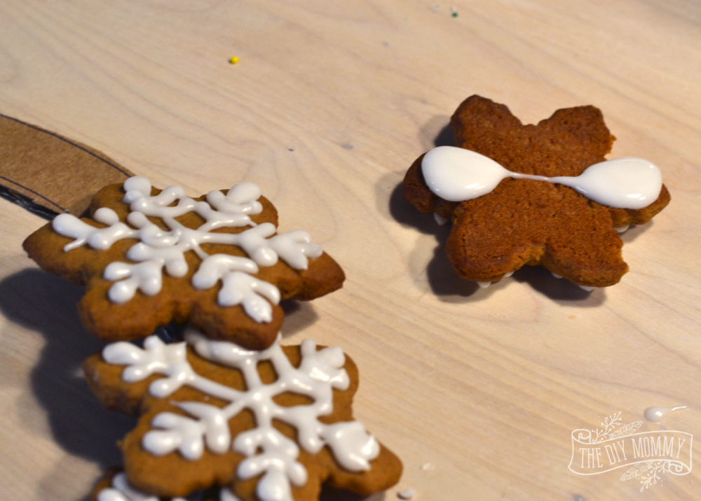 How to make an edible gingerbread cookie wreath; a great Christmas gift idea! www.thediymommy.com