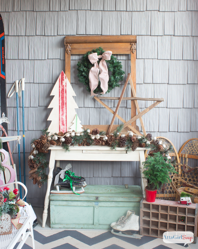 Beautiful vintage inspired Christmas porch ideas!