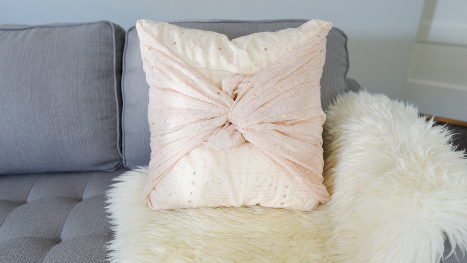 How to make a pillow from a scarf - video tutorial