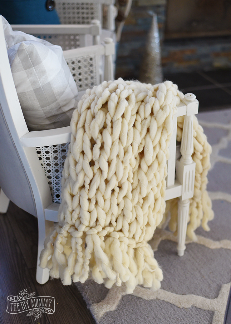How to make a DIY arm knit blanket with a fringe - video tutorial