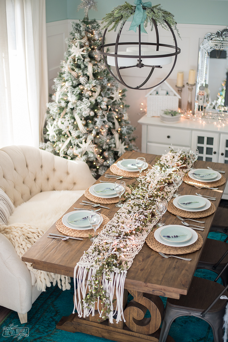 French country farmhouse christmas dining room table for Ideas to decorate dining room table for christmas