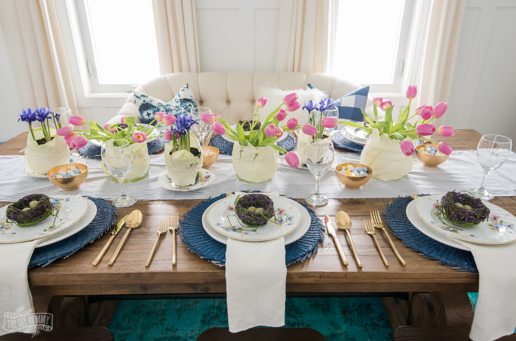 Bright and Colourful Easter table setting idea in blues and pinks : easter table setting - Pezcame.Com