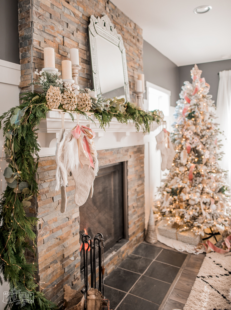 Romantic christmas living room the christmas canadian - How to decorate living room for christmas ...
