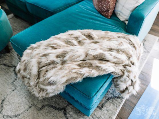 Luxurious, cozy DIY faux fur blanket tutorial