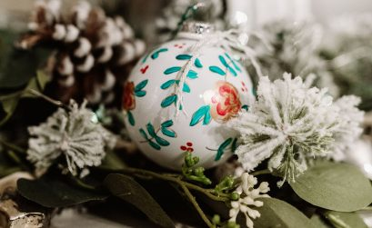 How to make a DIY hand painted floral Christmas ornament - Anthropologie inspired