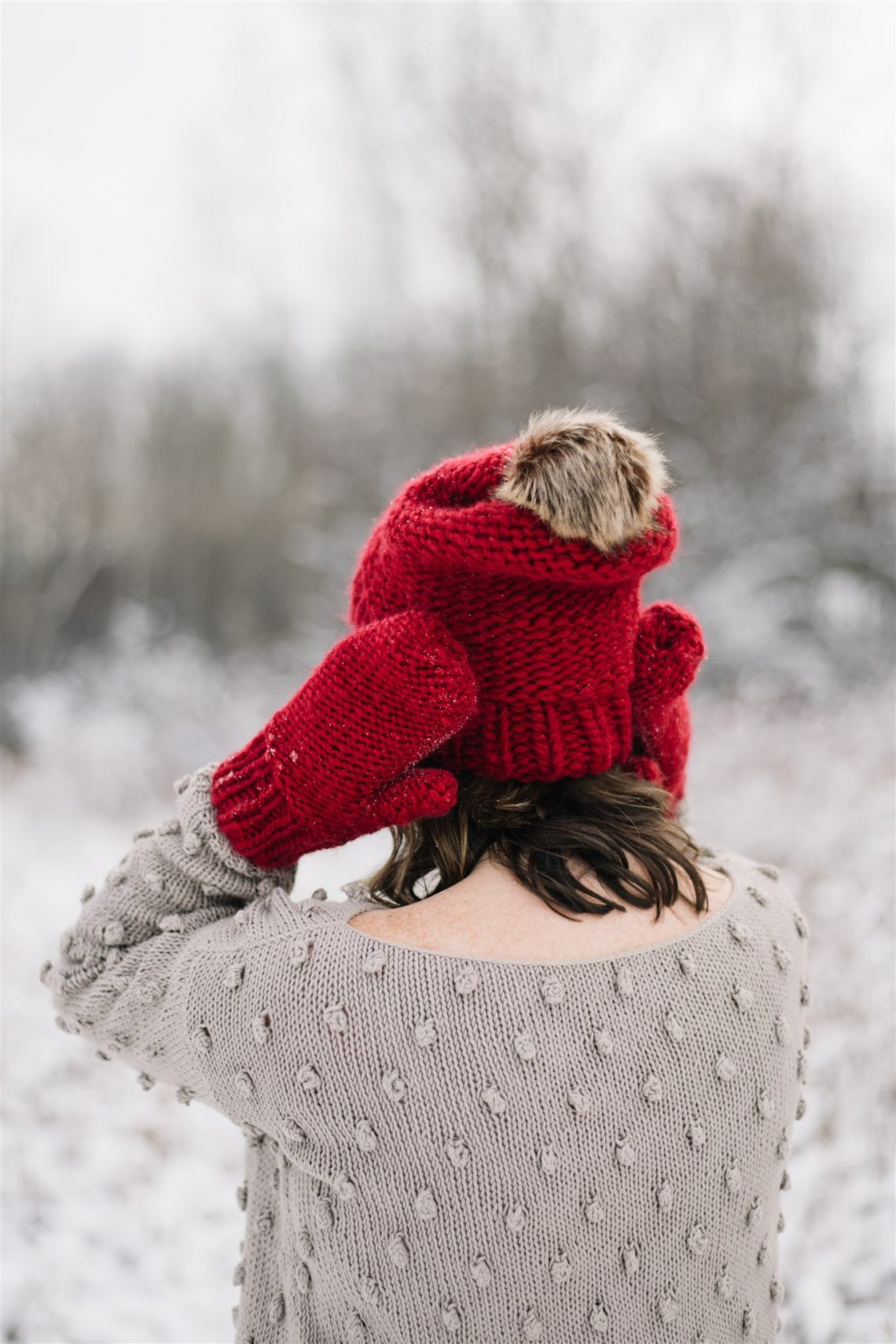 Free Knitting Pattern! This chunky knit hat and mittens is quick to make and would be a beautiful Christmas gift