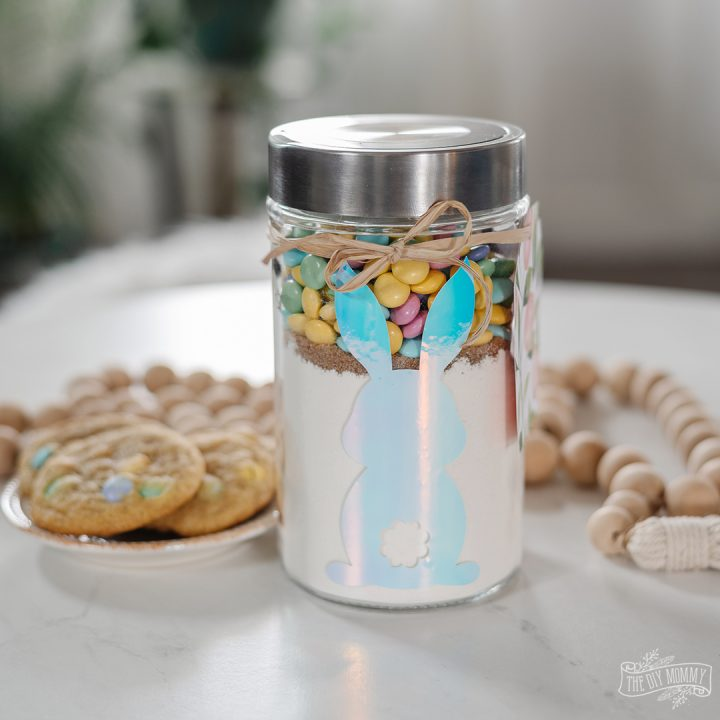 Learn how to make these simple Easter cookies in a jar for a festive gift. So cute and easy!